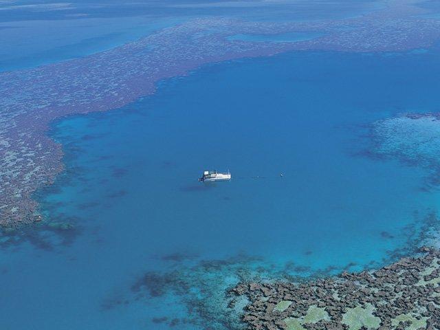 boat-on-great-barrier-reef