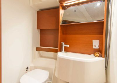 Beneteau-51.1-Interior-Bathroom
