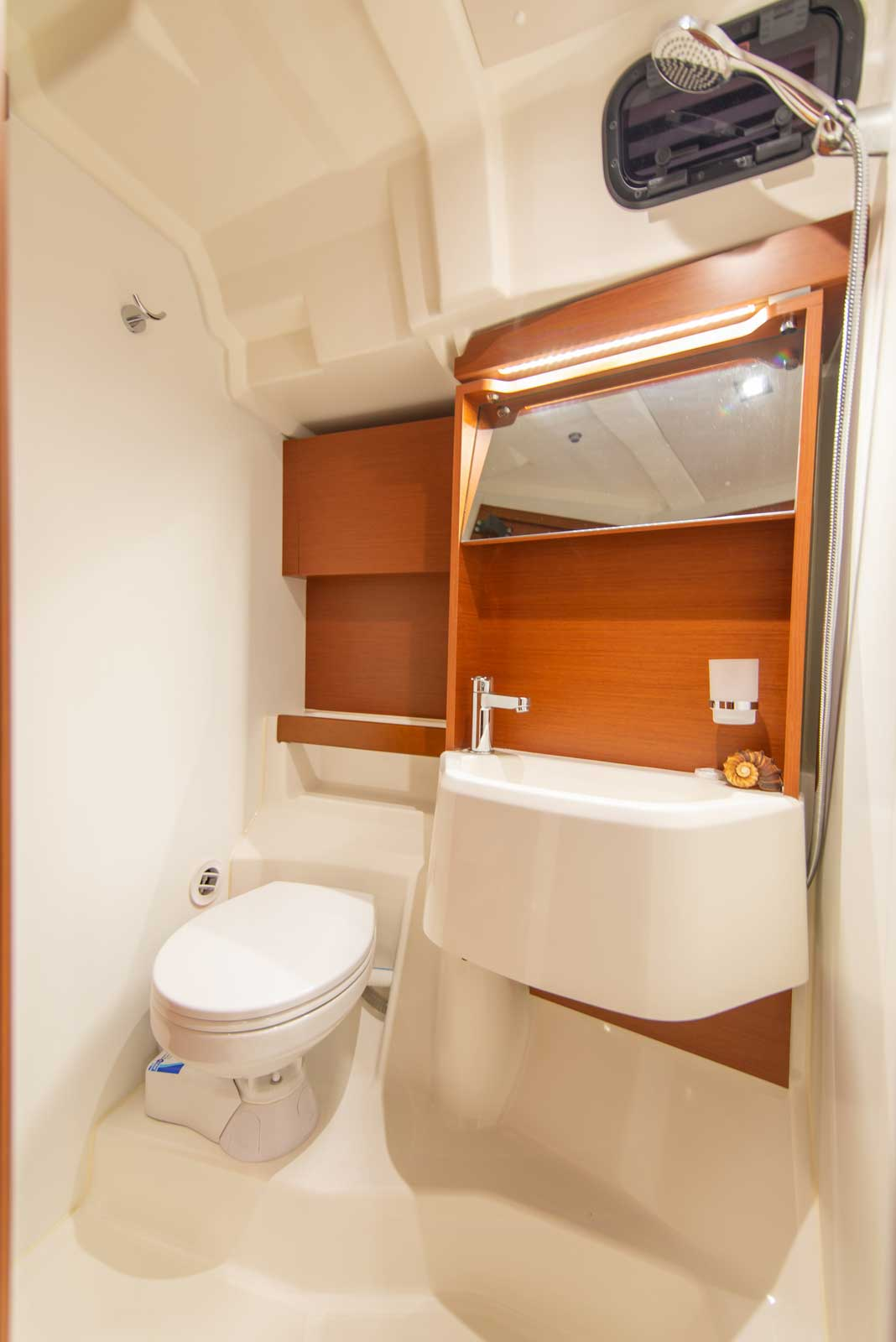 Beneteau-Oceanis-51.1-bathroom