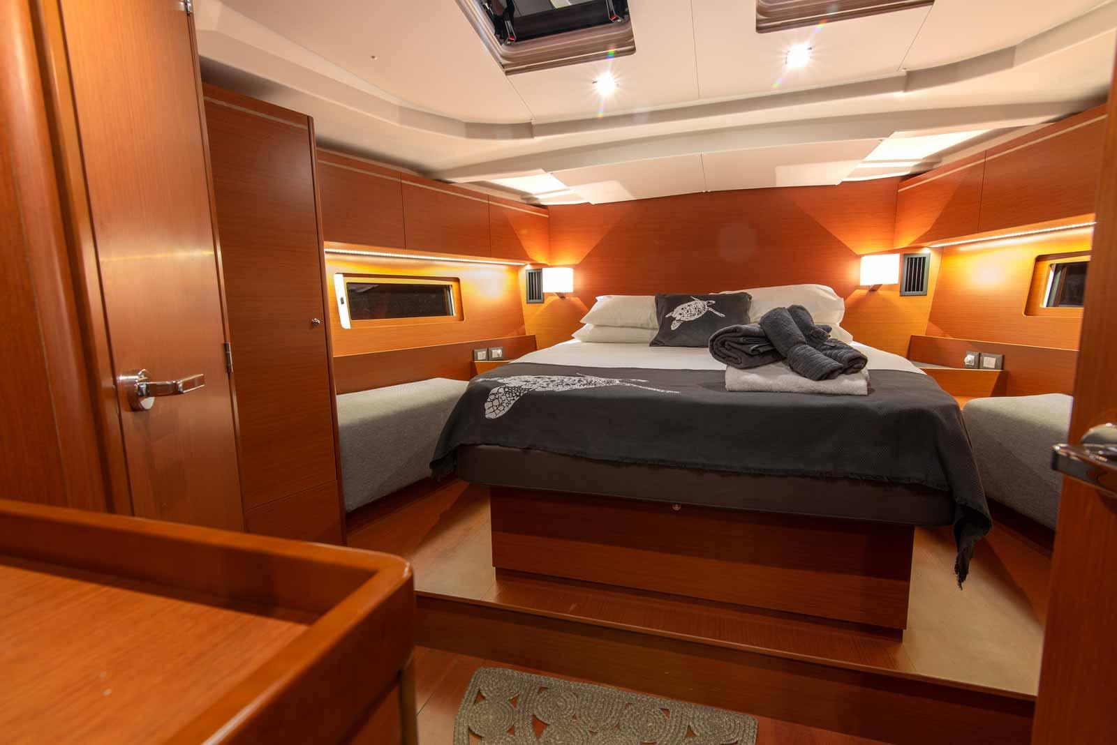 Beneteau-Oceanis-51.1-bed-one