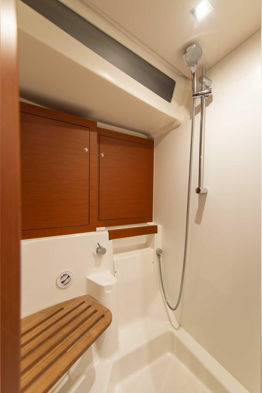 Beneteau-Oceanis-51.1-shower